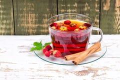 野草莓用茶 免版税库存图片