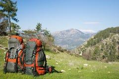 野营与在山的背包 库存图片