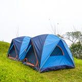 野营与在草的帐篷 免版税库存图片