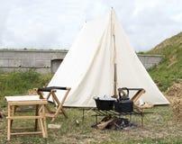 野营与帐篷和烹调设备 免版税图库摄影