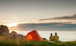 野营与帐篷的夫妇 免版税库存图片