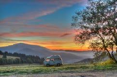 野营与日出的露营者货车 库存图片