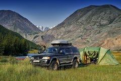 野营与a的越野汽车 库存图片