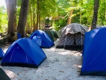 野营为游人隔夜逗留的帐篷在Similan海岛泰国 免版税库存图片