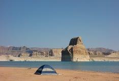野营在一个沙滩在沙漠 图库摄影