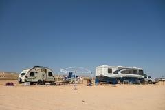 野营在一个沙滩在沙漠 免版税图库摄影