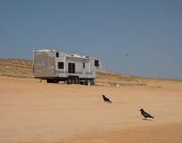 野营在一个沙滩在沙漠 免版税库存照片