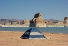 野营在一个沙滩在沙漠 库存图片