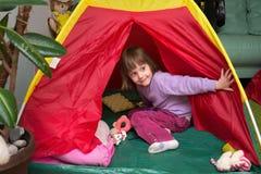 野营在儿童` s屋子 库存照片