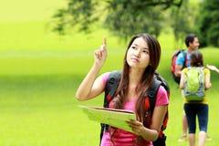 野营在公园的好奇亚裔女孩 免版税库存照片