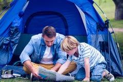 野营在公园的父亲和儿子 免版税图库摄影