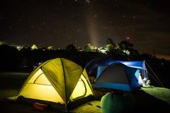 野营在冬天的山 库存照片