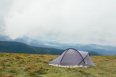 野营在喀尔巴阡山脉有风雨如磐的背景 图库摄影