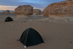 野营在埃及的白色沙漠 库存照片