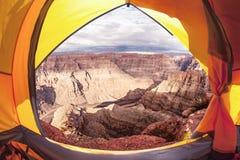 野营在大峡谷:一个开放帐篷有一个惊人的看法 库存图片