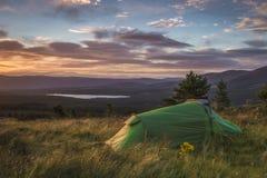 野营在小山顶部的Cairngorms有看法 图库摄影