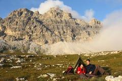 野营在山和享受在日落期间的自由 库存照片
