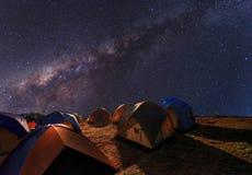 野营在山的上面在清楚的银河下的 免版税图库摄影