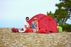 野营在山的愉快的家庭 库存图片