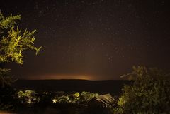 野营在开放灌木在南非与美好的繁星之夜 库存照片
