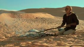 野营在撒哈拉大沙漠的一个人 影视素材