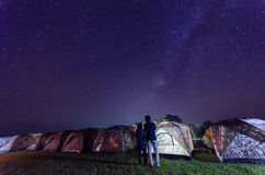 野营在星下和银河在晚上在南泰国 库存照片