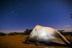 野营在星下在犹他的默阿布沙漠 库存照片