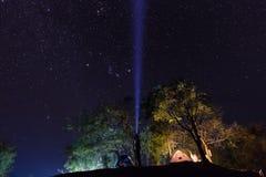 野营在星下海  免版税库存照片