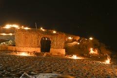 野营在星下的沙漠在火点燃 图库摄影