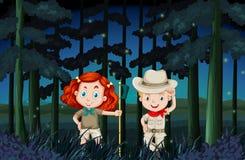 野营在晚上的男孩和女孩 免版税库存图片