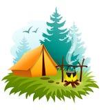 野营在有帐篷和营火的森林里 免版税库存图片