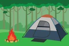野营在有树森林和篝火的密林里面的帐篷 免版税库存图片