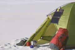 野营在有背包和帐篷的沙漠 库存图片