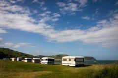 野营在有蓬卡车在一个东海岸海滩,吉斯伯恩,北岛,新西兰的自由 库存照片