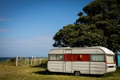野营在有蓬卡车在一个东海岸海滩,吉斯伯恩,北岛,新西兰的自由 图库摄影