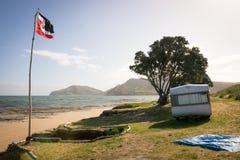 野营在有蓬卡车在一个东海岸海滩,吉斯伯恩,北岛,新西兰的自由 免版税图库摄影
