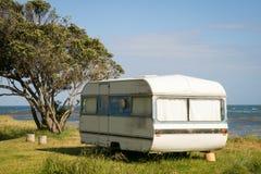 野营在有蓬卡车在一个东海岸海滩,吉斯伯恩,北岛,新西兰的自由 免版税库存照片