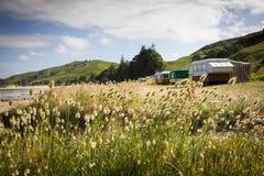 野营在有蓬卡车的自由在一个东海岸海滩,吉斯伯恩,北岛,新西兰 库存照片