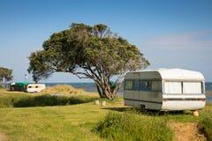 野营在有蓬卡车的自由在一个东海岸海滩,吉斯伯恩,北岛,新西兰 免版税库存图片
