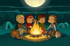 野营在森林里的孩子在晚上在大火附近 坐在圈子的孩子,讲可怕故事并且烤 向量例证