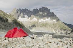 野营在法国阿尔卑斯 免版税库存图片