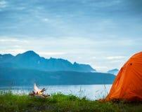 野营在海边附近 库存图片