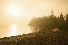 野营在海滩日出的苏必利尔湖畔 免版税图库摄影