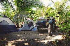 野营在海滩的摩托车 库存图片
