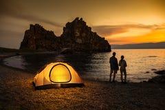 野营在湖和美好的日落 免版税库存照片