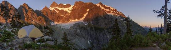 野营在湖安和刻替斯冰川的帐篷在轰烈的登上Shuksan的脚 库存照片
