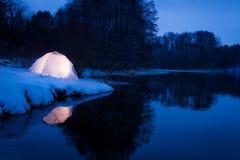 野营在湖的冬天 免版税库存图片