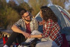 野营在湖的夫妇 免版税库存图片