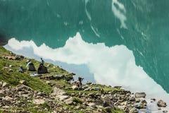 野营在湖边 免版税库存图片