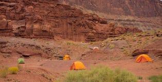 野营在砂岩岩石中的沙漠 库存照片